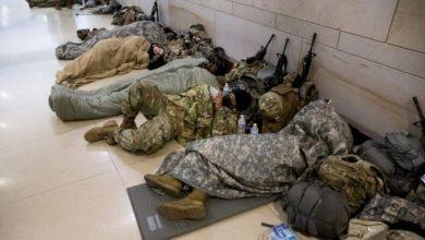 صورة بايدن يعتذر عن نوم جنود الحرس الوطني في موقف للسيارات