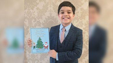 صورة فتى في الثامنة ، يؤلف كتابه الخاص  بعد أن قرأ 50 كتابا خلال الإغلاق