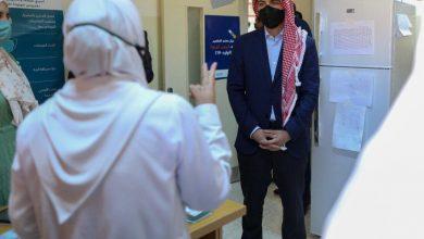 صورة ولي العهد يتفقد عيادة لقاح كورونا في مركز صحي البتراء الشامل