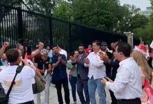 صورة الاردنيون يحتفلون باستقبال جلالة الملك امام البيت الابيض